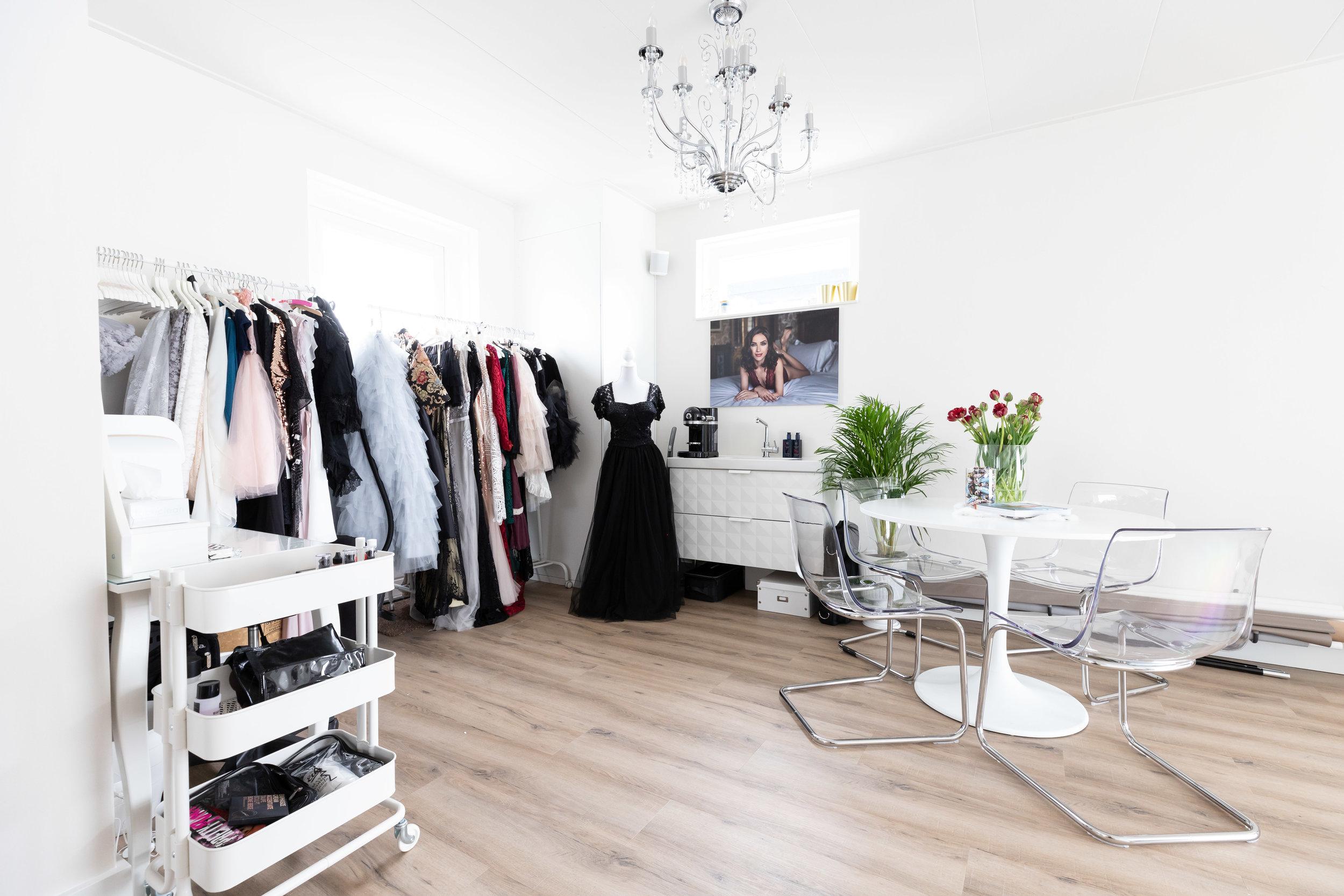 Daglichtstudio - PRACHTIGE DAGLICHT STUDIO IN ZWOLLEVlak aan de A28 heb ik een ruime daglicht studio met alle voorzieningen en een ruime collectie prachtige kleding, in maat 34 tot 48.