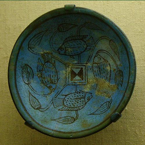 Cerámica Egípcia con simbología de peces decorativos.