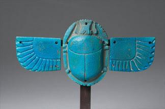 Amuleto hecho en turquesa. Escarabajo alado.