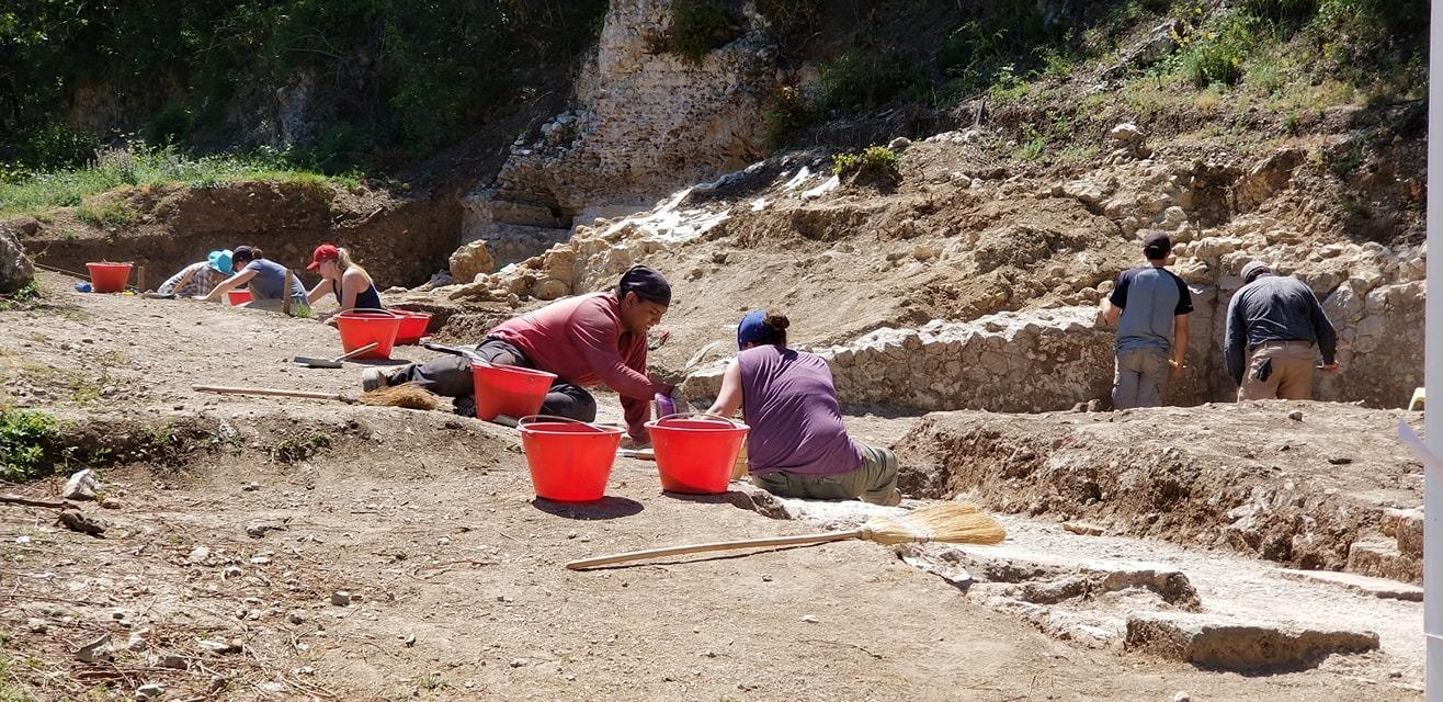 Villa students excavating.jpg