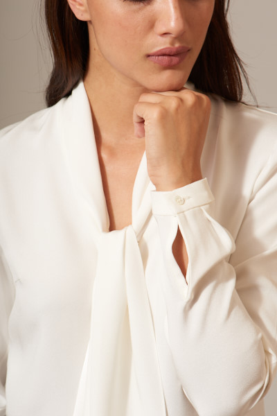 RHONDA COLE - Classic elegance and subtle sophistication with a contemporary feel are elements that best define Rhonda Cole- New York's white shirt collection. Designed with an emphasis on natural fabrics, fine craftsmanship and proudly made in New York City and Italy, they're timeless in their beauty. These refined silhouettes reflect the lifestyles of today's modern woman.Devoted to producing luxury garments in limited quantities , these elegant garments are the epitome of slow fashion. Handcrafted in beautiful shades of white, they're not to be perceived as pretentious or lacking edge but more as an awakening and a reflection of a by gone era. Established in 2013 in New York City, they're available at rhondacole.com and exclusive trunk shows.
