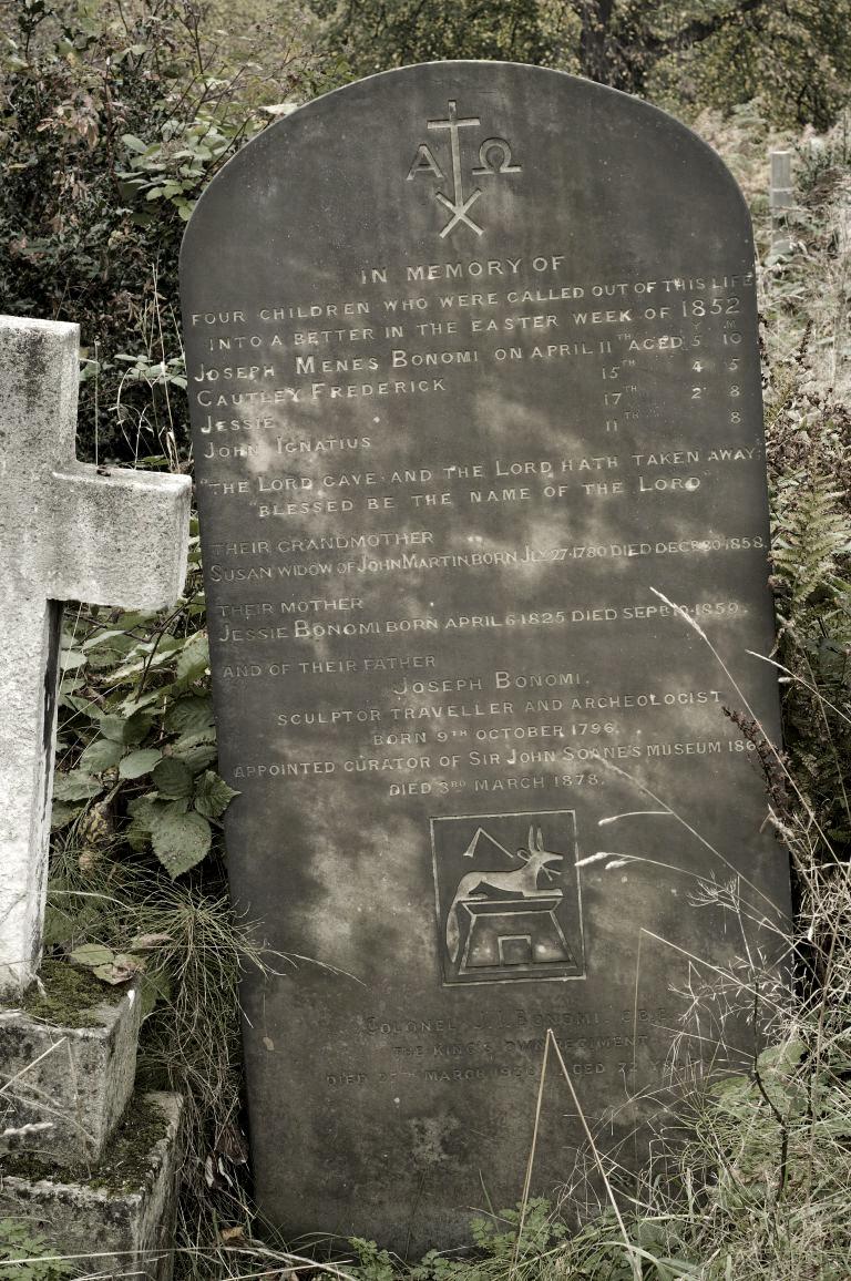 La tumba de Joseph Bonomi. // Foto:  Anna Garnett