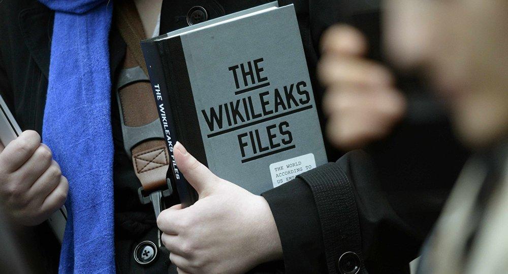 Haz click en la foto para acceder a los e-mails de Podesta en Wikileaks.