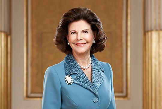 Drottningen beskyddar - Inför 5-årsjubileet hösten 2003 och en stor jubileumskonsert i Blå Hallen på Stockholms Stadshus sattes Lilla Akademien under Hennes Majestät Drottning Silvias beskydd.