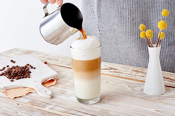 Der Kaffee ist nichts für schwache Nerven, denn wie schon die hübsche beige Verpackung verrät, hat der Kaffee 4 von 5 Bohnen als Stärkeindikator und das schmeckt man auch. Aber: er schmeckt nicht bitter und schlägt nicht auf den Magen! Ich persönlich bin mit den Jahren immer mehr zu kräftigeren Sorten gewechselt und trinke meinen Kaffee seit ca. 3 Jahren nun ganz ohne Zucker und nur mit etwas Milch, bzw. als Latte Macchiato.