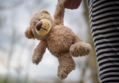 Dødsstedsundersøkelsen er frivillig. - Det er sykehuset der barnet blir mottatt som vil orientere foreldrene eller omsorgspersonene om tilbudet. Det er ønskelig at dødsstedsundersøkelsen finner sted så snart som mulig etter obduksjonen, helst innen 48 timer etter at barnet døde.