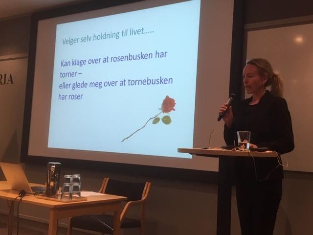 Overlege Bjørg Eline Gjerløv hilser Åshild fra nåværende og tidligere legestudenter