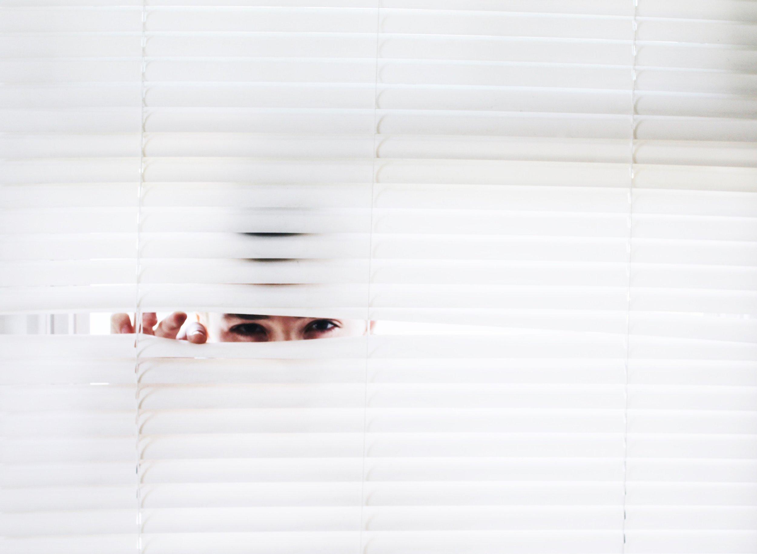 blinds-curiosity-eyes-906018.jpg