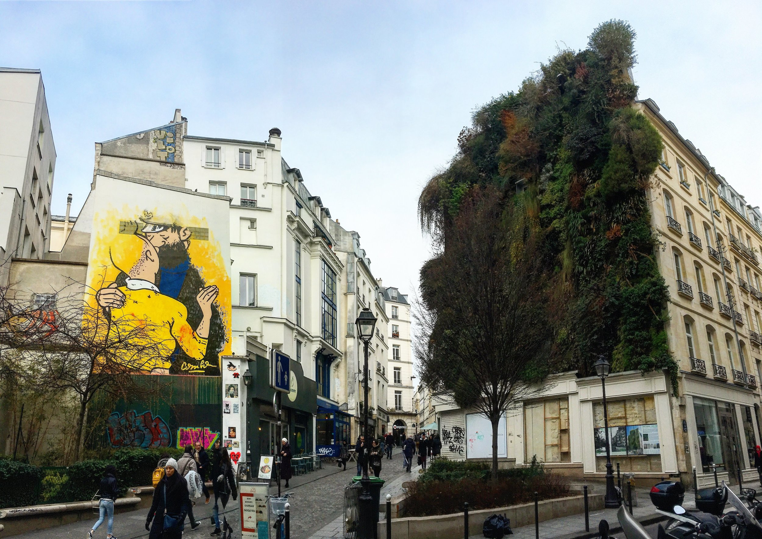 At the intersection of Rue des Petits Carreaux and Rue d'Aboukir