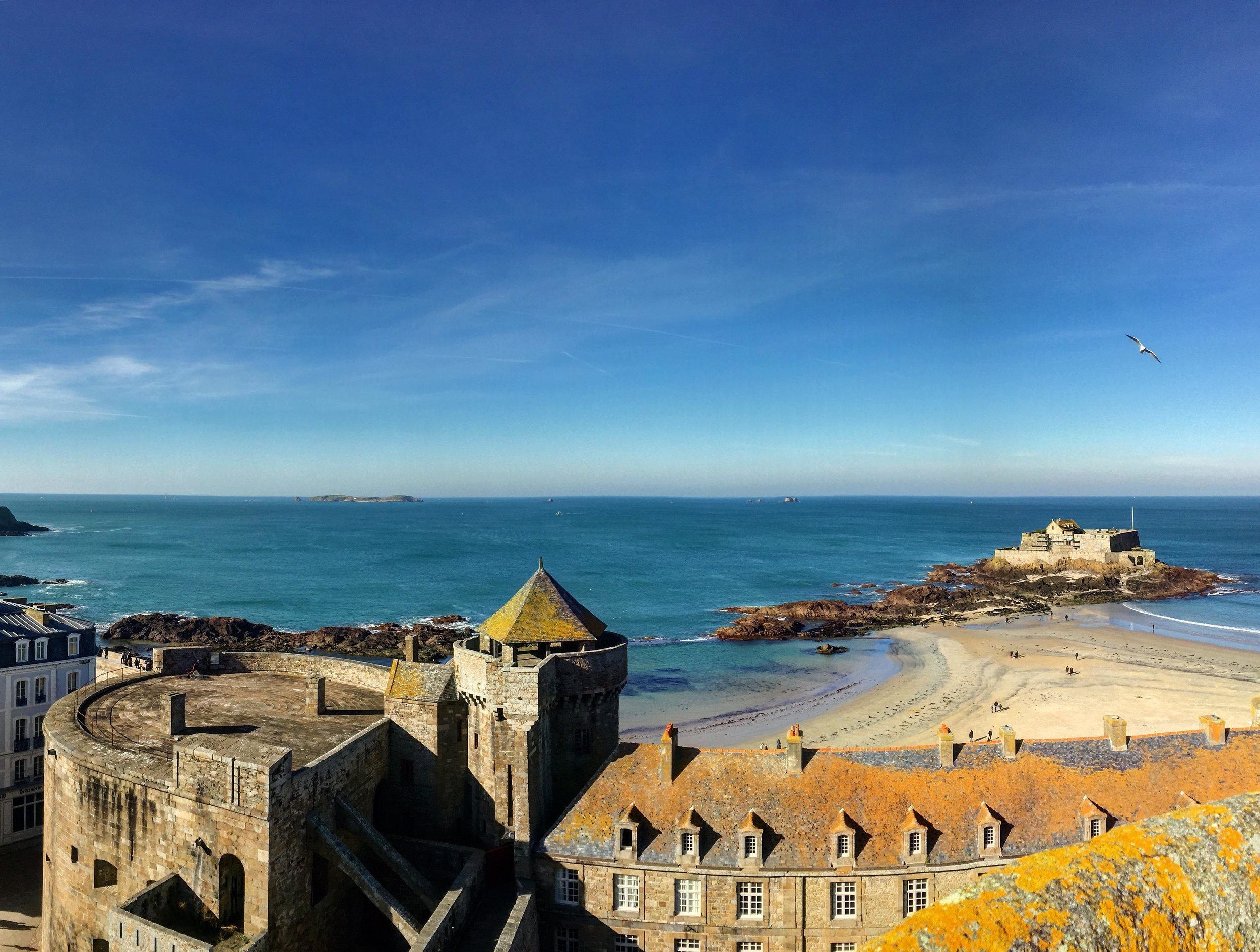 360 degrees of this … indescribable. To the right you can see the  Fort National  built in the 1600s to protect the port.