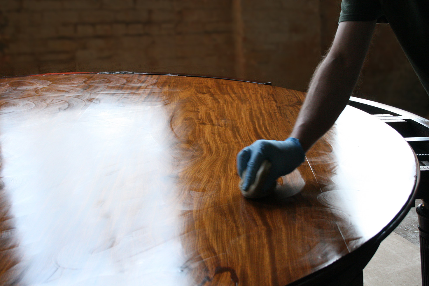 Shellac sets very rapidly. In the above photograph, there are visible circular strokes made during applying shellac with a  French polishing  pad.