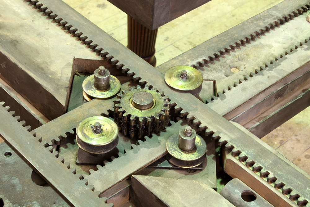 Central section of the telescopic screw mechanism prior to treatment