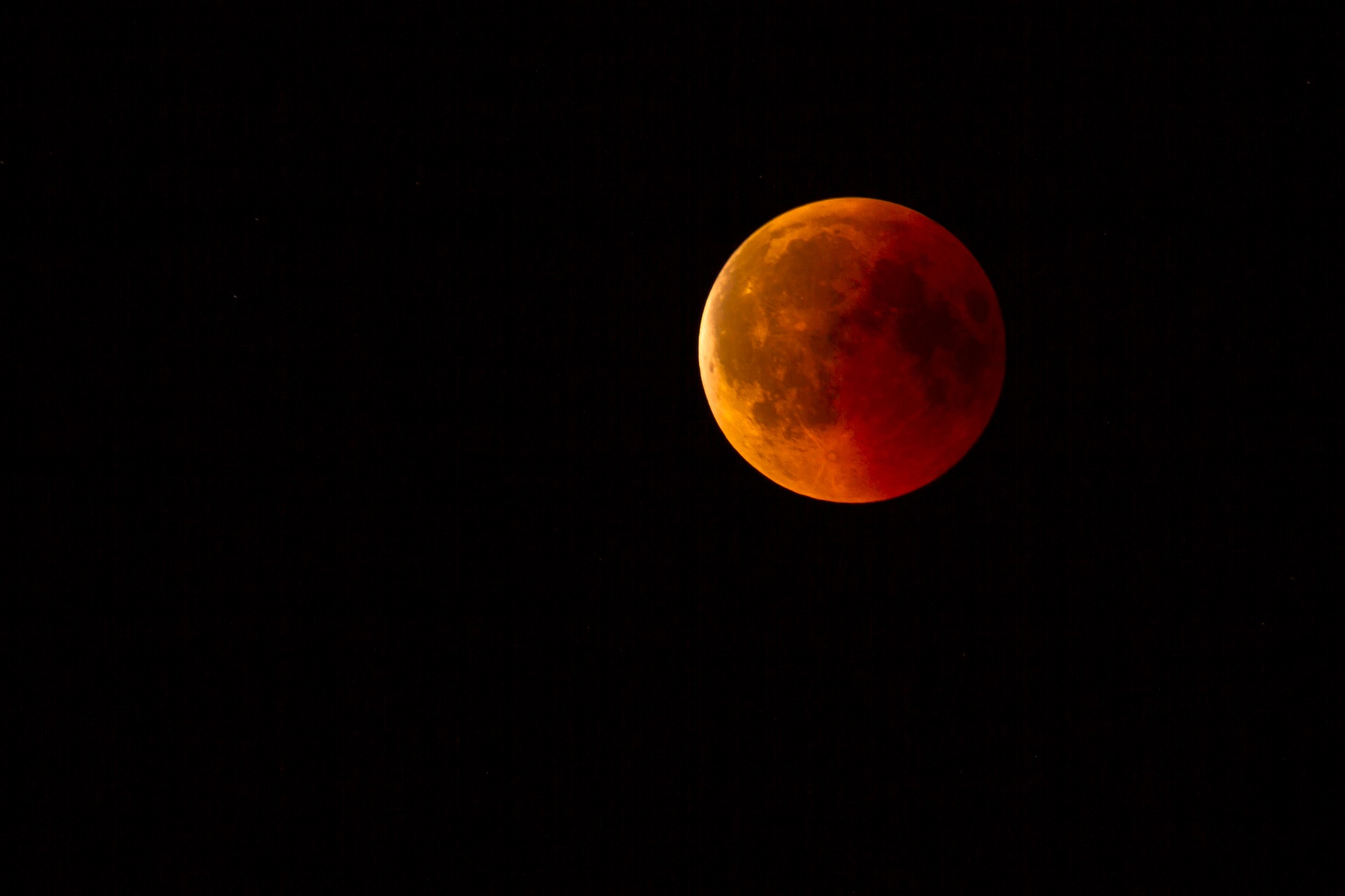 lunar-eclipse-3568801_1920.jpg