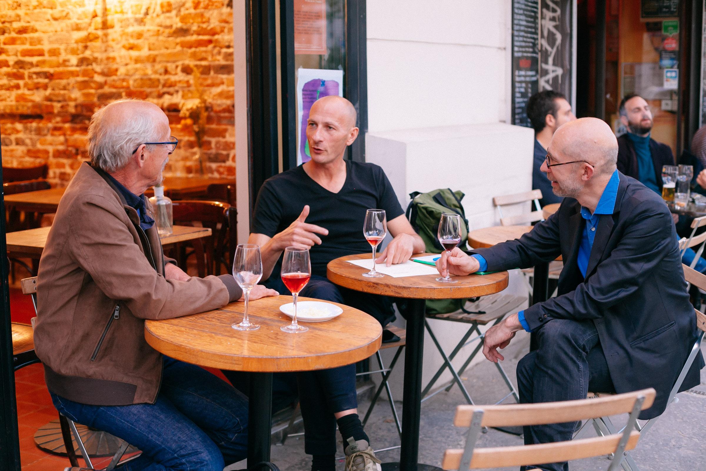 Causer vins et refaire le monde : une activité à plein temps…