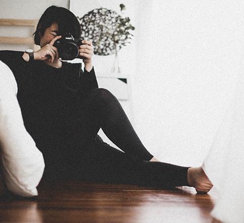 PORTRAITN - ehmen Sie sich Zeit für sich selbst ... und warum nicht mit einer Porträtsitzung? Ein einzigartiger Moment, in dem man drängeln muss, um seine Komfortzone zu verlassen, der aber eine rettende Erfahrung ist. Entdecken Sie sich aus einem anderen Blickwinkel, um Ihr Ego ein wenig zu stärken ... es schadet nichts! Springen Sie zu Hause oder zu Hause ins Wasser!