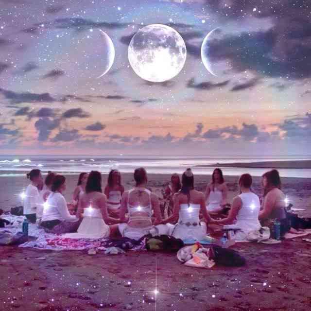 Gudinnecirkel - Inuti varje kvinna bor en Gudinna. En Gudinna som är vänlig, omhändertagande och älskar villkorslöst, utan att döma. Så vad är en Gudinne-cirkel? Det är i korthet en möjlighet att samla alla starka, grymma och inspirerande kvinnor på ett och samma ställe. Ett tryggt utrymme att fira, dela och stötta varandra på denna galna resan vi kallar Livet. Så bjud med alla inspirerande kvinnor du känner! Det blir en kväll med yoga, musik, meditation, reflektion, inspiration och framförallt en massa gudomlig, kvinnlig energi! Kvällen är på doation och alla kvinnor är välkomna. Ett minsta antal på 7 st bokade (så att vi kan ha en cirkel) behövs för att kvällen ska bli av. Så boka dig och dina vänninor redan nu! Endast ett begränsat antal platser.Längd: 2,5 timmarPris: GRATIS