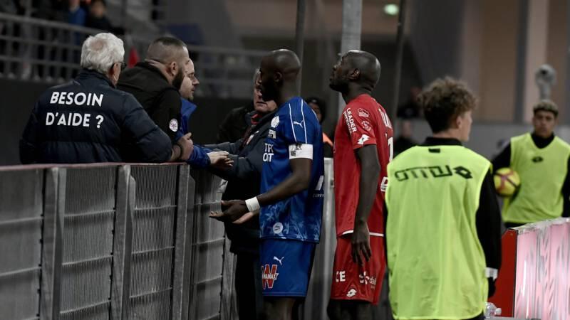Het slachtoffer, verdediger Prince Désir Gouano van Amiens, verzocht om een korte pauze. Daar werd, voor de duur van vijf minuten, gehoor aan gegeven. FotoPrince Desir Gouano (in het blauw) gaat het gesprek aan met fans
