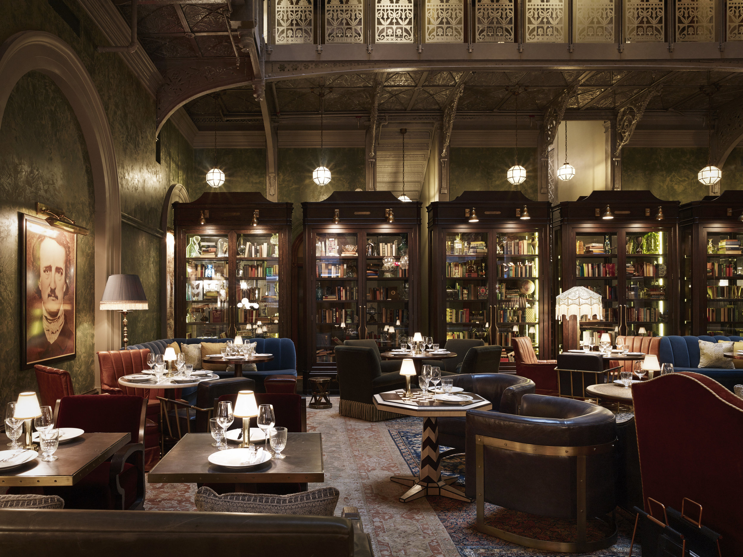 The Beekman Hotel har et vakkert atrium, og er et av de flotteste hotellene i New York! Den livlige baren er alltid godt besøkt av både gjester og lokale