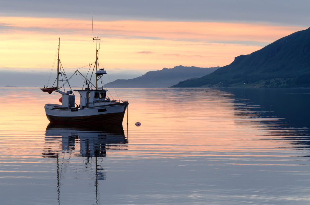 Fiskebåt i solnedgang