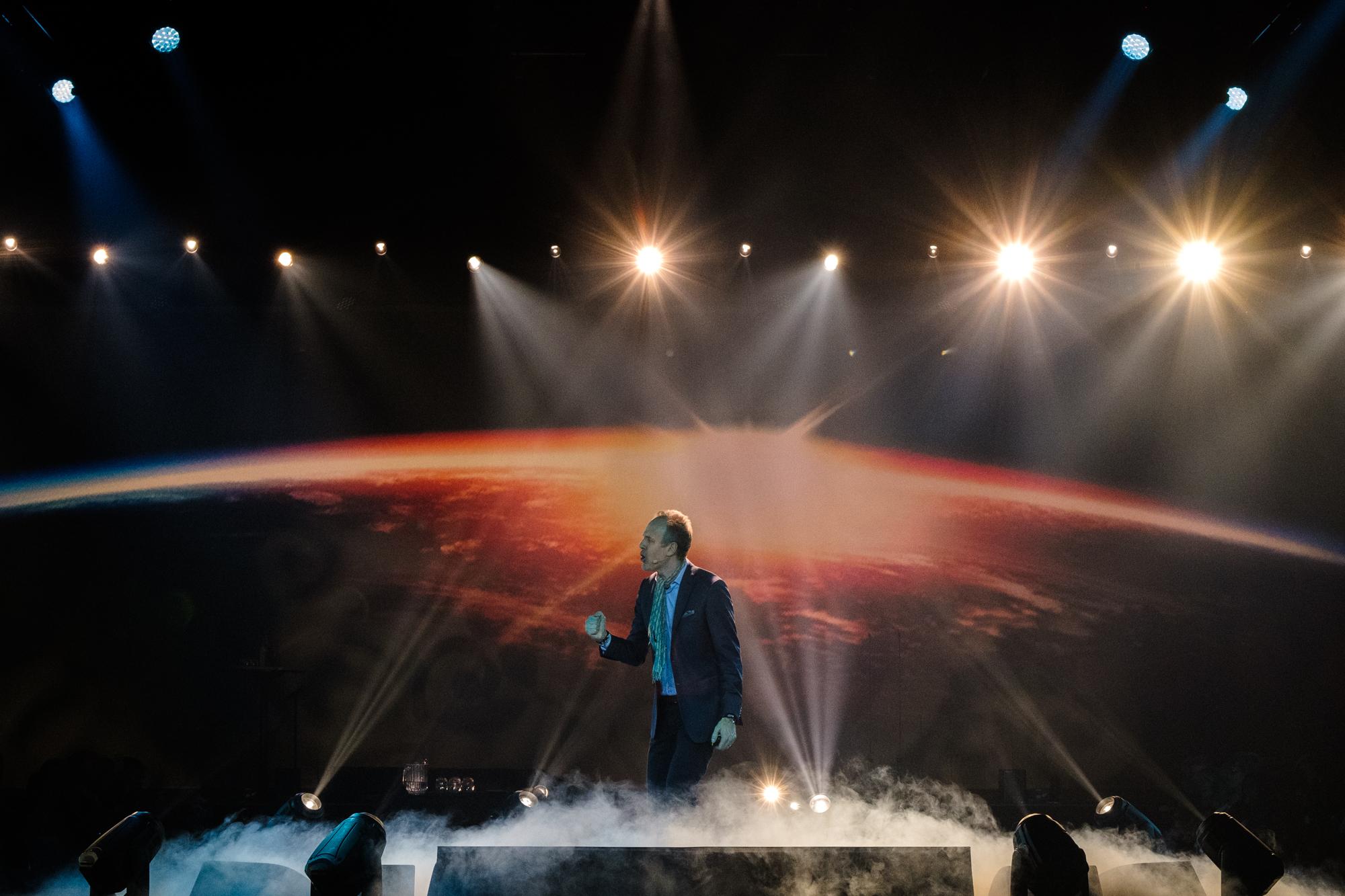 Den svenske futuristen Magnus Lindkvist er en fantastisk foredragsholdere, og med usedvanlig flinke fagfolk bak kamera skapes det magi på scenen.