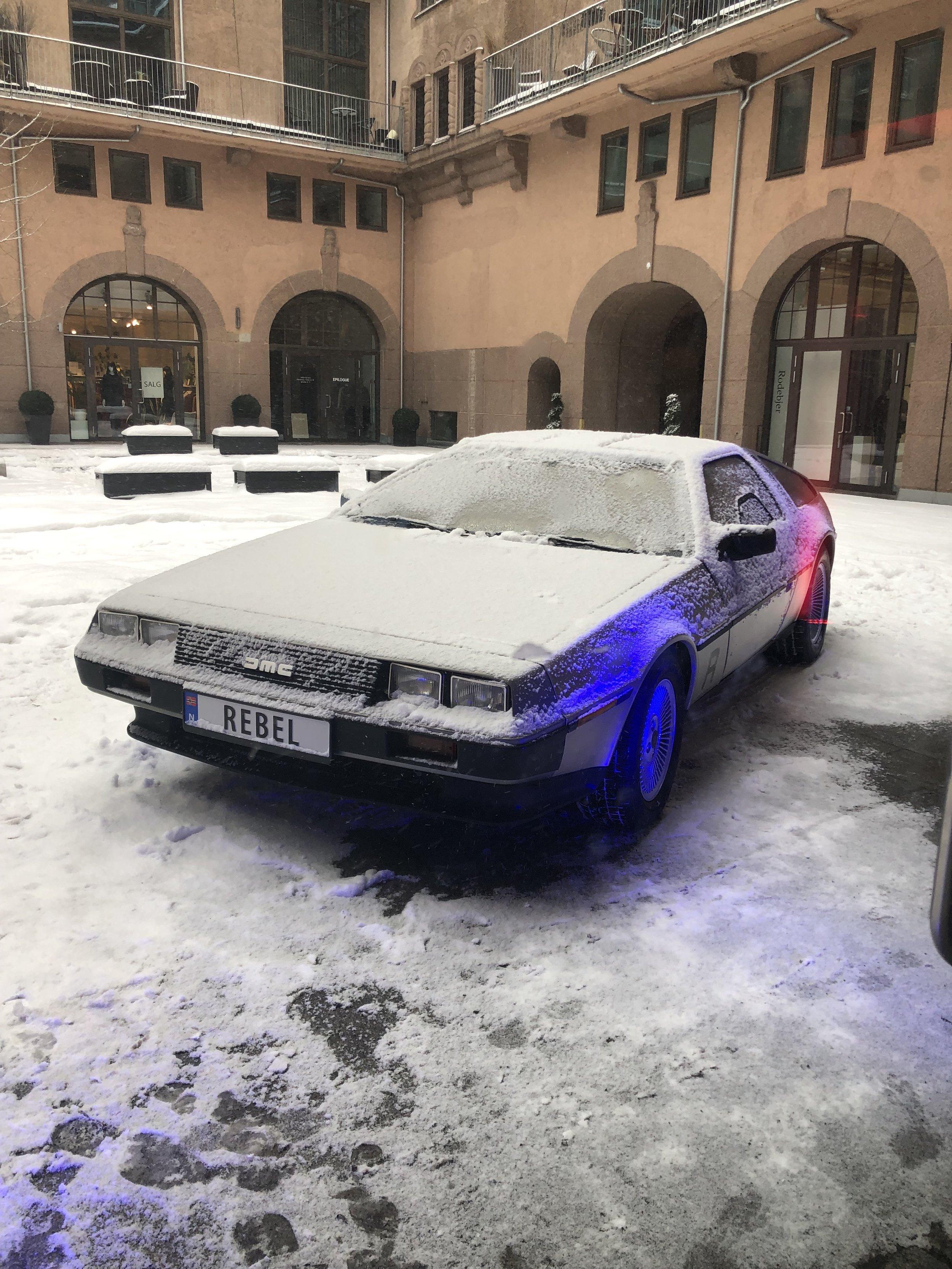 En DeLorean, kjent fra Back to the Future, var et populært fotoobjekt der den stod parkert utenfor Posthallen. Entra åpner et nytt bygg kalt Rebel i Universitetsgata 2 og denne legendariske bilen blir da å se der.