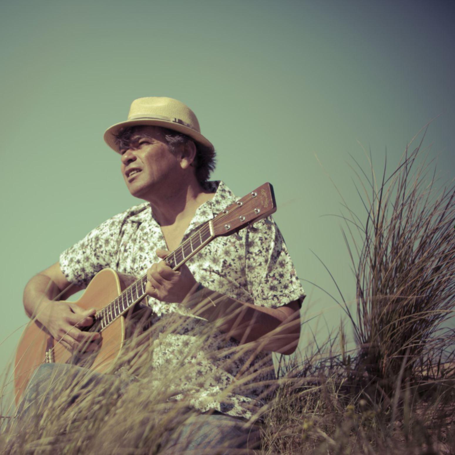 Dans mon île, un album-voyage... - Dans mon île est le premier album d'Alain Girard, auteur, compositeur et interprète rétais connu sous le nom de scène « L'Hawaii ».Entièrement réalisé sur l'île de Ré, l'album a été produit et enregistré pendant l'hiver. On y retrouve toute la spontanéité musicale et l'esprit des concerts et jam sessions entre copains sur la plage.Alain Girard explique,