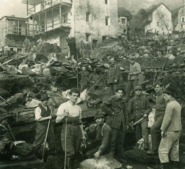 Someo 1924 (Zwitserland) – Vrijwilligers maken gebruik van uniformen om te werken. Deze uniformen waren door het leger aangeboden.