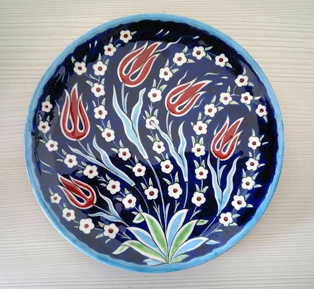 Dr. Mine Erdem, Seljuk-University, handmade underglaze painted ceramic dish, 25 cm, 2012 / Courtesy of Dr. Mine Erdem