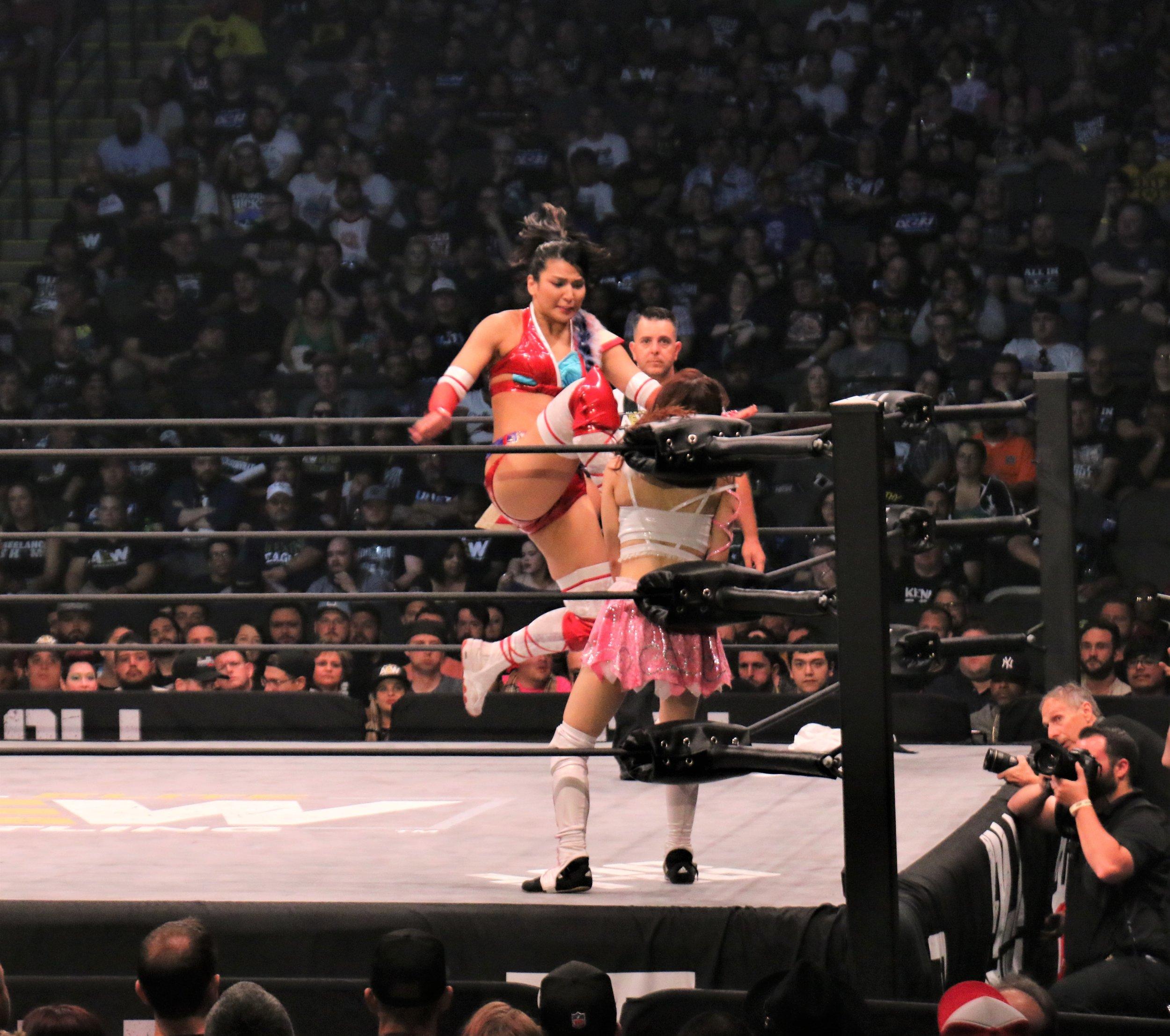 Hikaru Shida hits a knee strike on Riho.