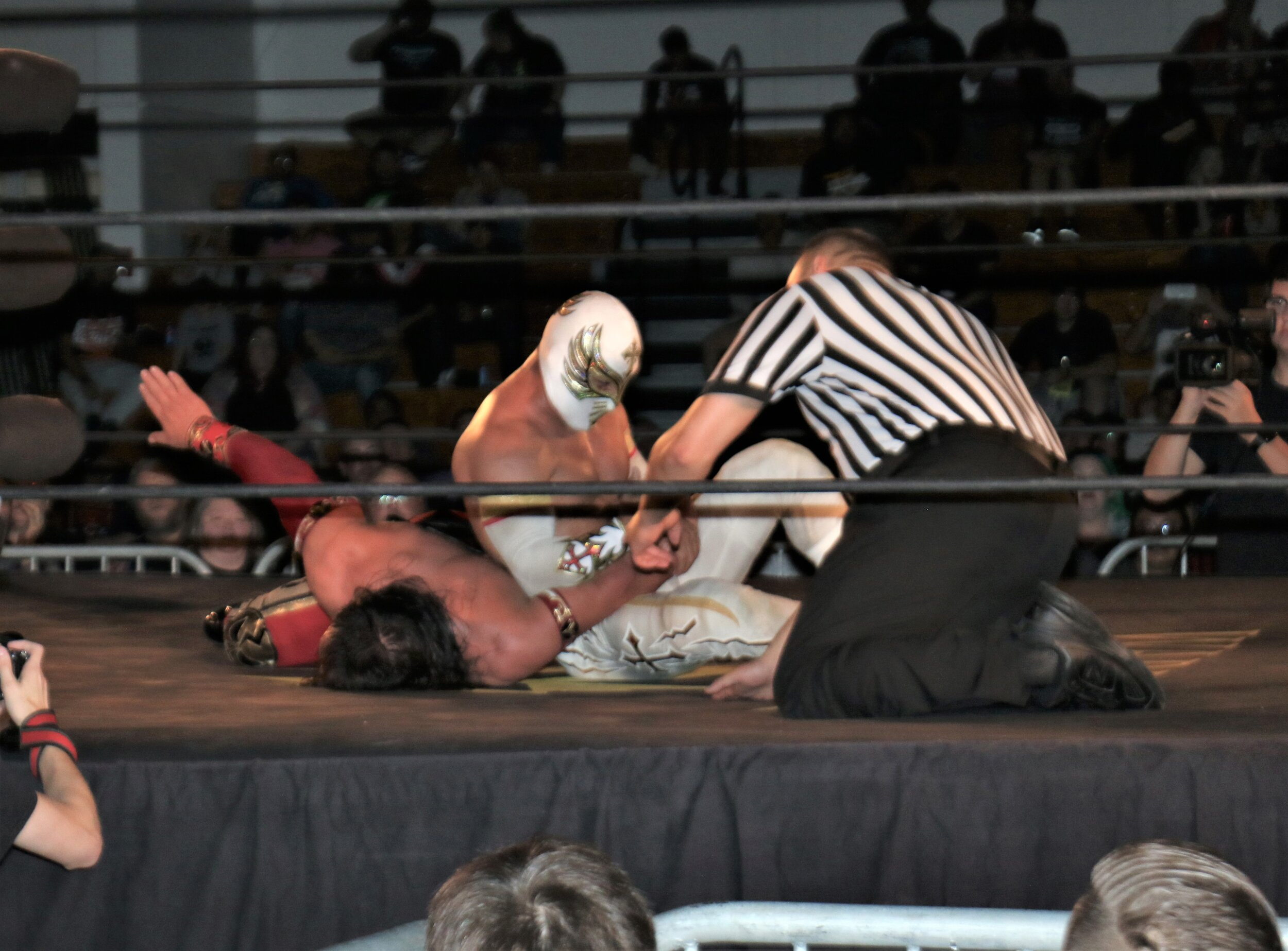 Caristico puts Ultimo Guerrero in an armbar submission.