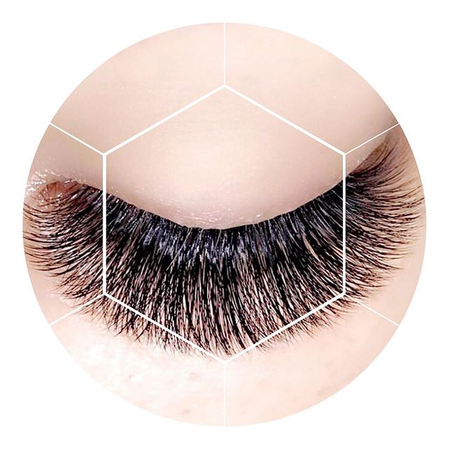 Our favorite kind of #fridayfluff! This Couture design features a natural shape with tapering on the inner and outer ends. Here at KWL, each set of lashes are designed and customized to reflect your personal style and enhance the beauty you were already born with! However, our top priority has always been and continues to be the health of your natural lashes. After all, you know as well as we do, there is a HUGE difference between #goodlashes 👍🏼 and #badlashes 👎🏼 and the impact they can have on the overall well-being of your eyes. #KWLmorethanjustfluff