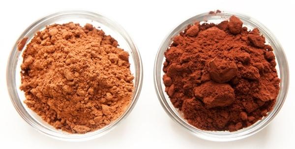 - Det er let at se forskel, da det behandlede kakaopulver (til højre) er mørkere i farven.