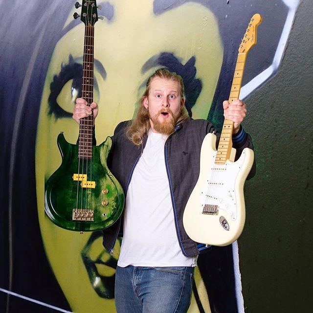 Wahaaaawoahooooo! . . . . #crazy #people #double #guitar #graffiti #venice #jacket #blonde #wierdo #silly
