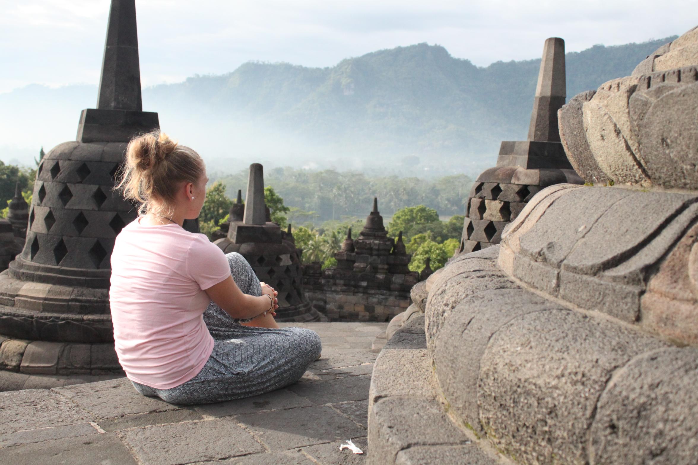 Borobodur-Indonesien-sitzendePerson.JPG