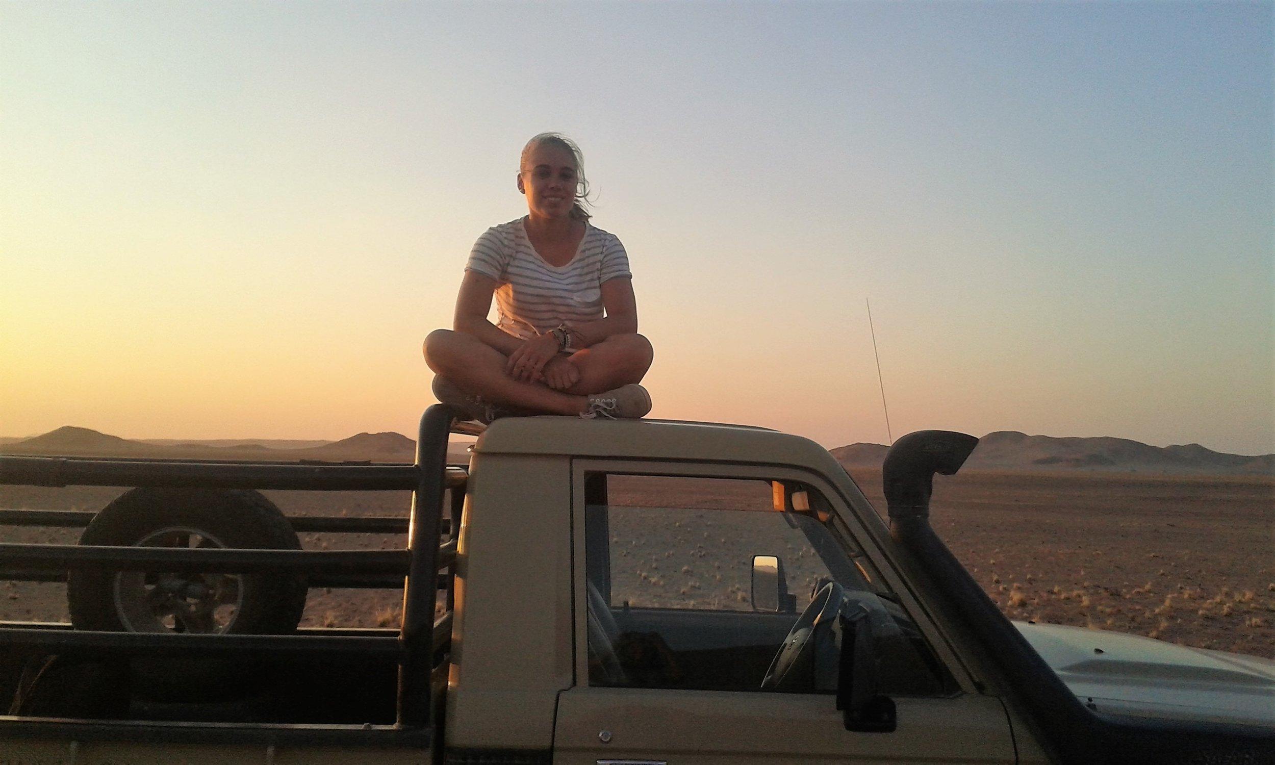 Namibia-Jeep-Sitzenaufdemdach.jpg