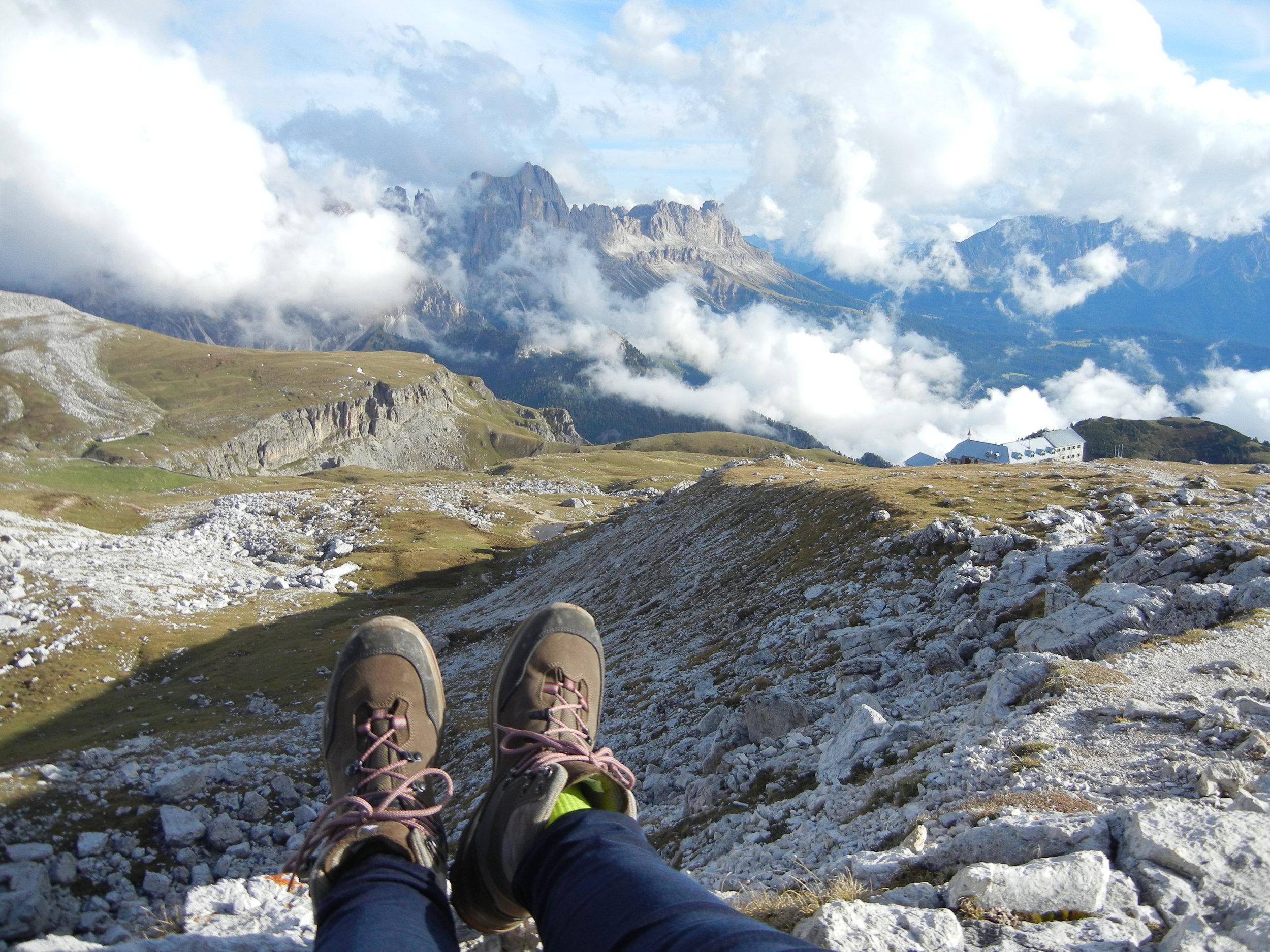 Wanderschuhe-Dolomiten-Berge.JPG