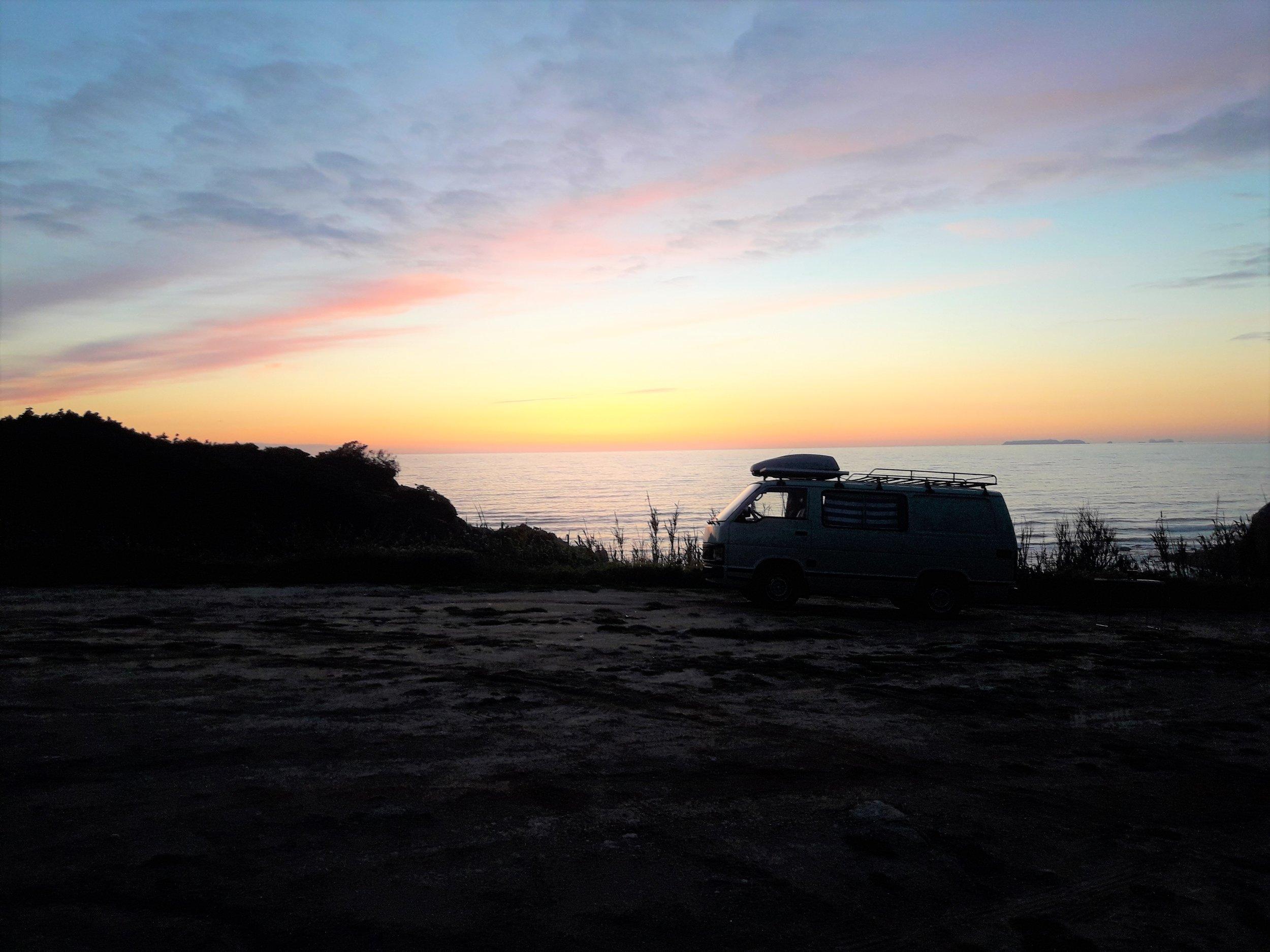 Sonnenuntergang-Bulli-Campervan-Sand.jpg