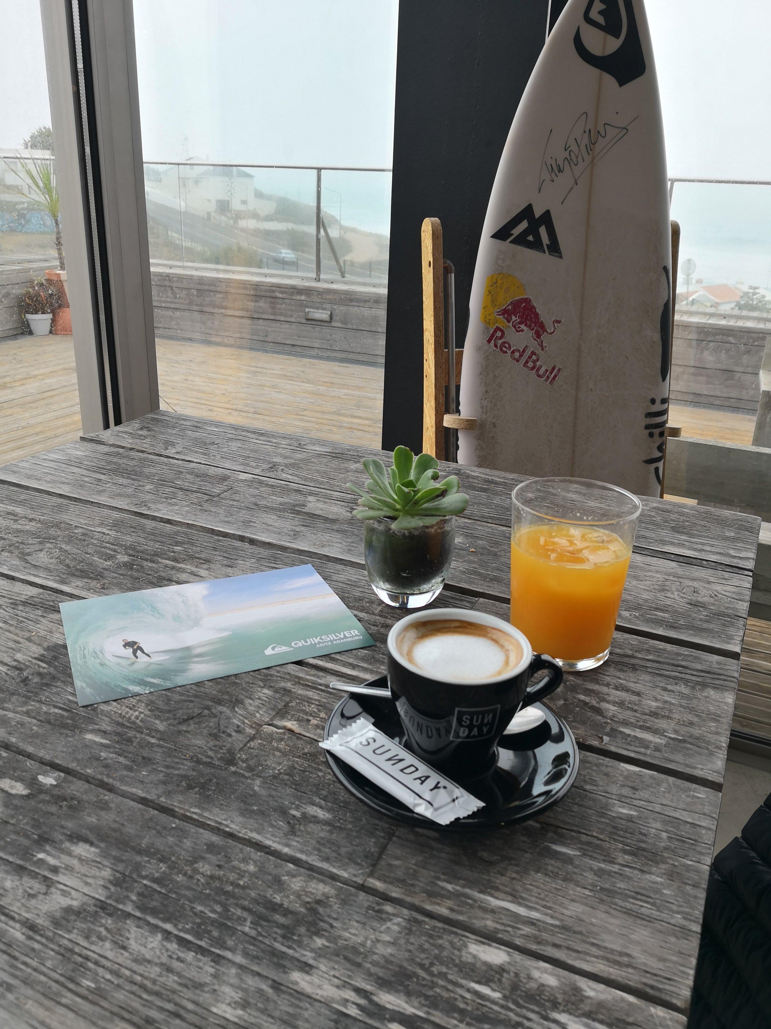Surfboard-Organgensaft-Kaffee-Tisch.jpg