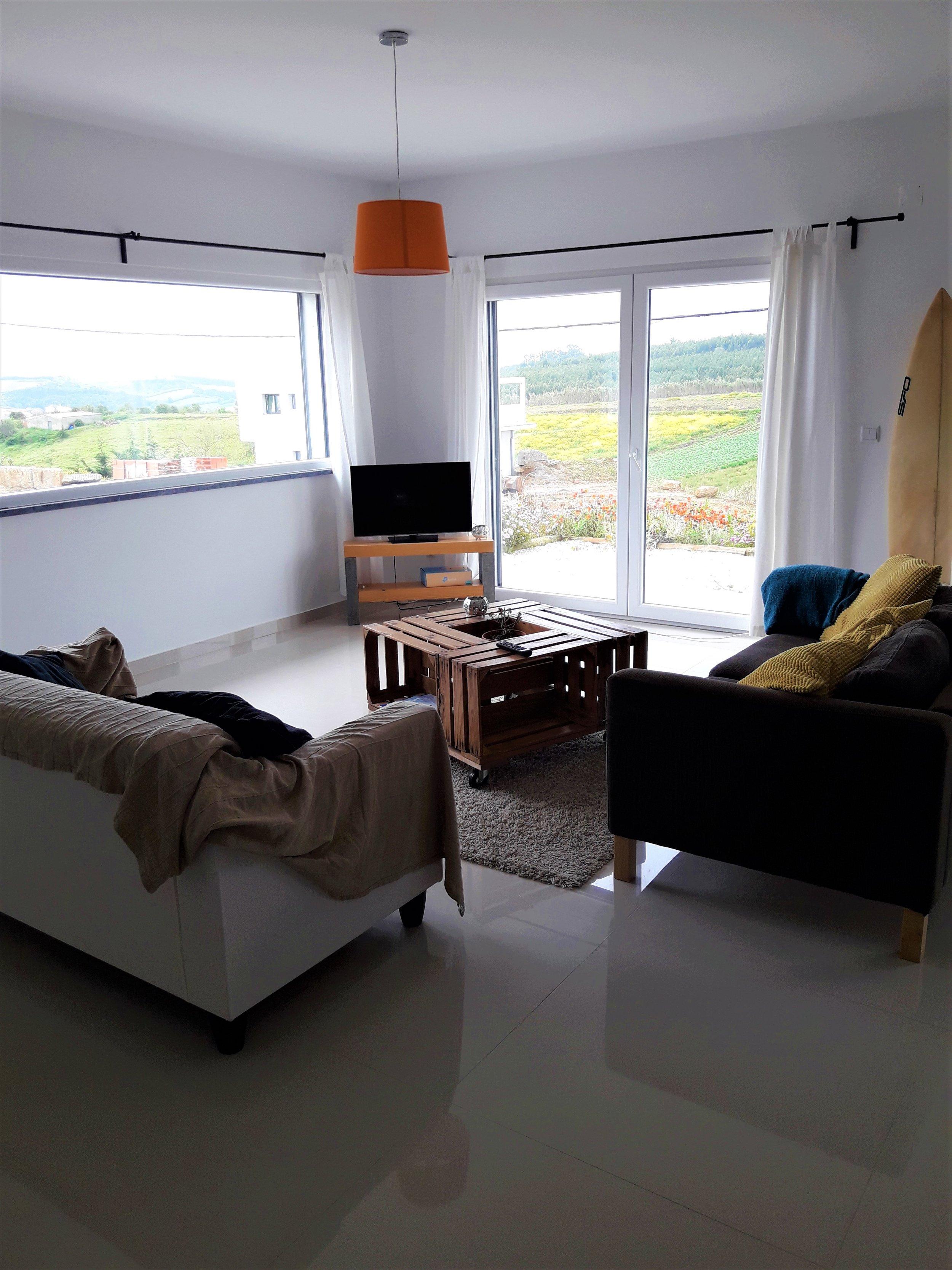 Wohnzimmer-Sofa-Tisch-Fernseher.jpg