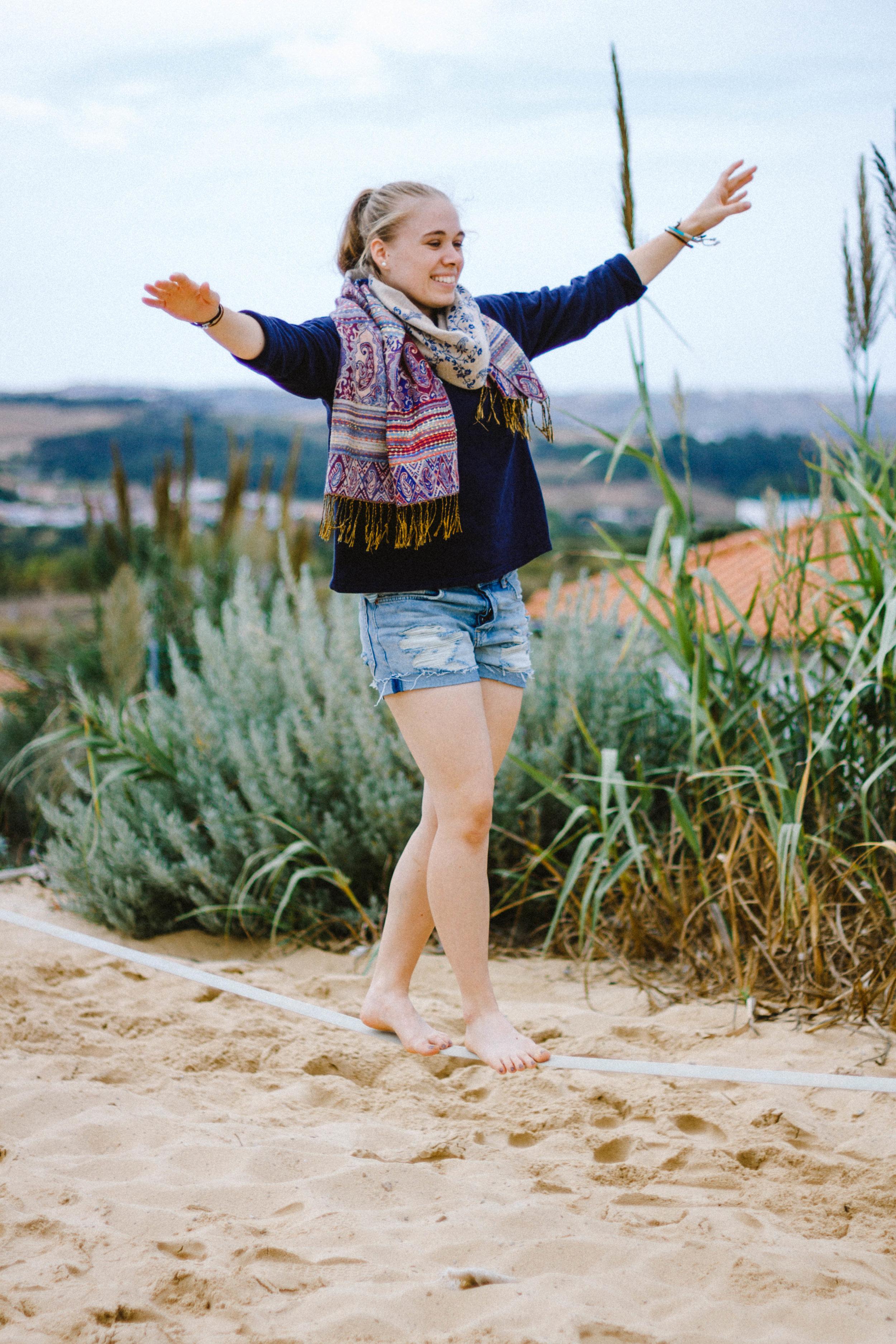 Mensch auf Slackline-Sand-Gräser.jpg