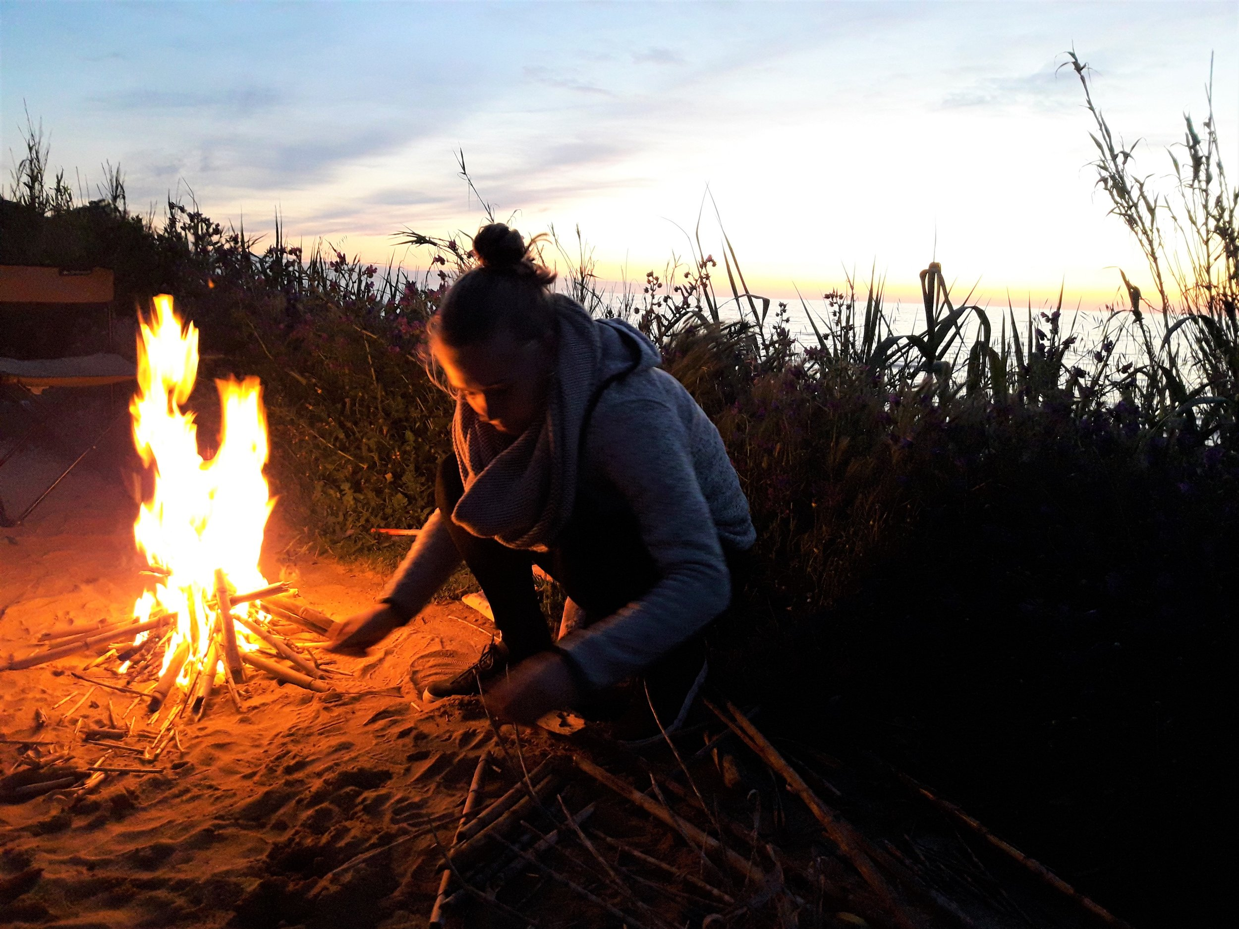 Lagerfeuer-Mensch-Gräser-Portugal.jpg