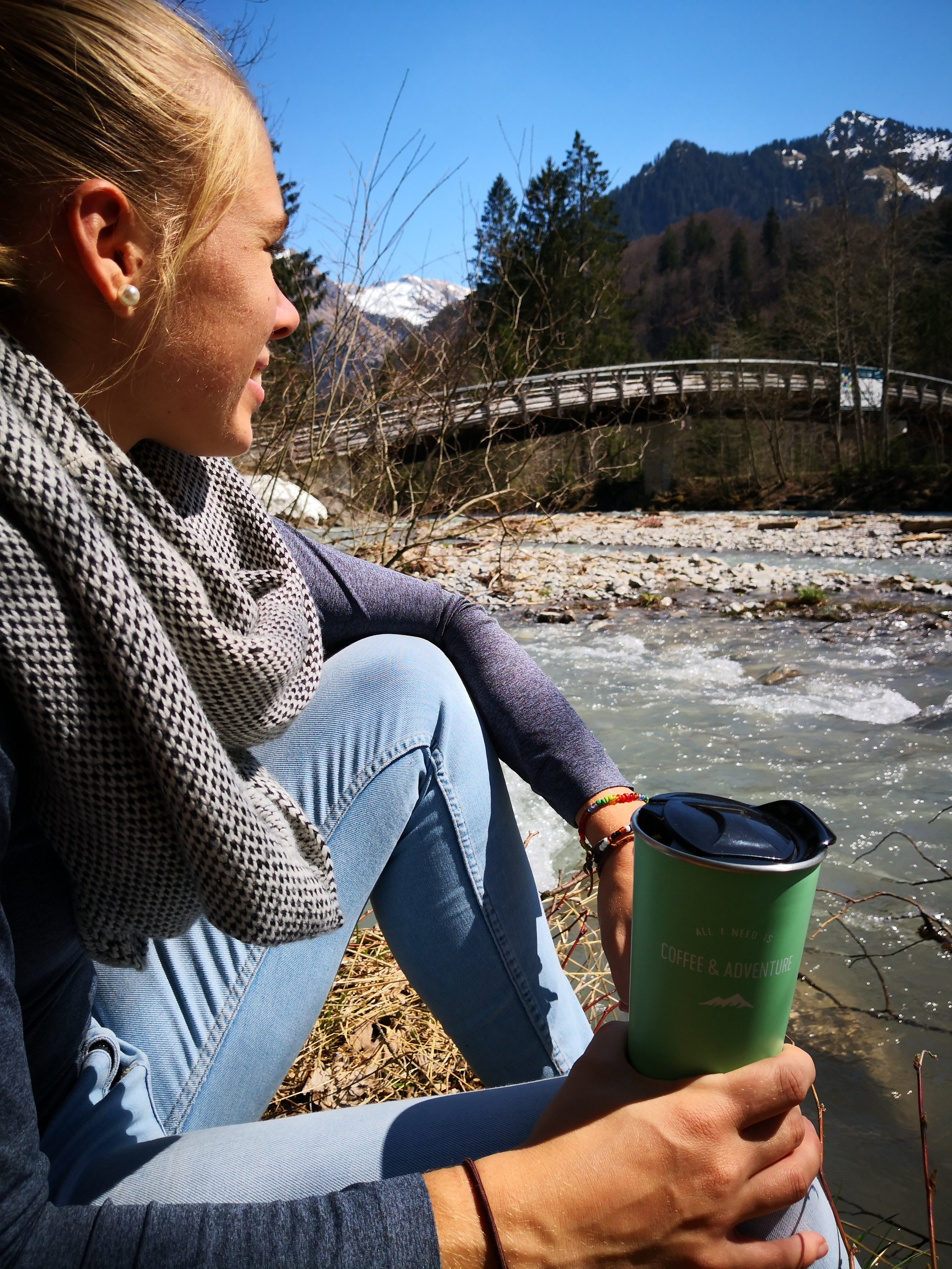 Fluss,Kaffebecher, Person, Berge, blauer Himmel.jpg