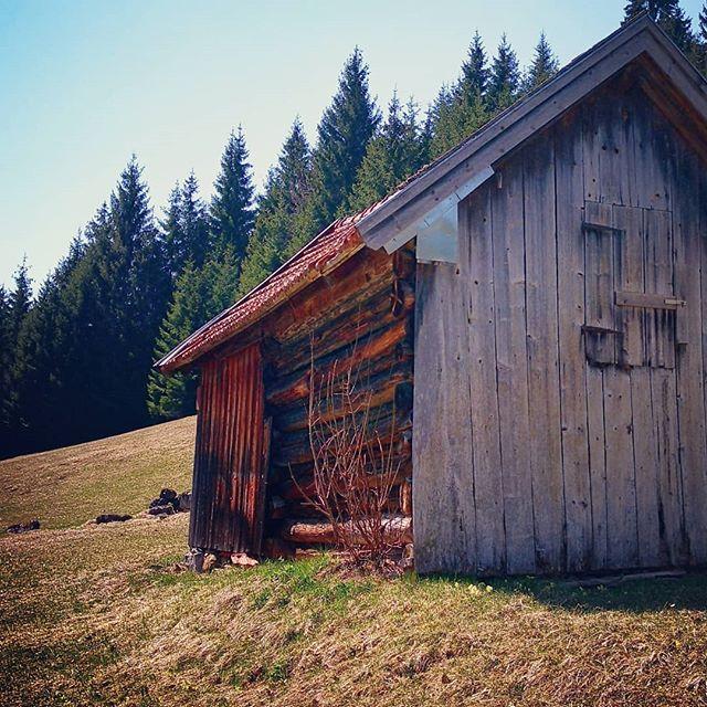 Ich hoffe ihr hattet alle ein wunderschönes Wochenende und habt die Sonnenstrahlen draußen genießen können. . Nur noch 5 Tage dann ist es auch schon wieder geschafft und Zeit für ein neues Abenteuer. . Ab nächstem Wochenende beginnt in einigen Gebieten die Sommersaison für Bergsteiger! Also überlegt euch schonmal wo es für euch hingehen könnte. . Inspirationen könnt ihr euch hier holen www.dreitageweg.com . . #sommersaison #wandern #wanderlust #oberstdorf #nebelhorn #bergseilbahn #bergsteigen #wochenendtrip #wochenende #abenteuer #abenteuerlust #berghütte #alm #alpen #allgäu #mikroabenteuer #dreitageweg #badhindelang #wandersaison #bergwelten #bergpanorama