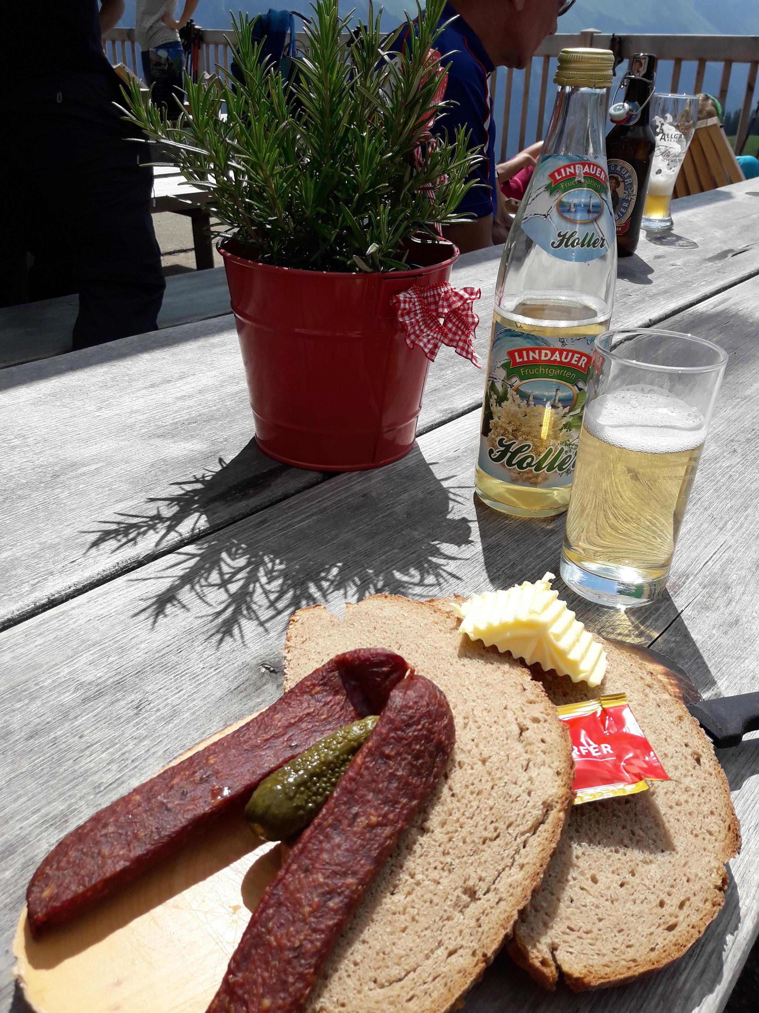 Alpe Schlappold, Brotzeit, Hollunderschorle.jpg