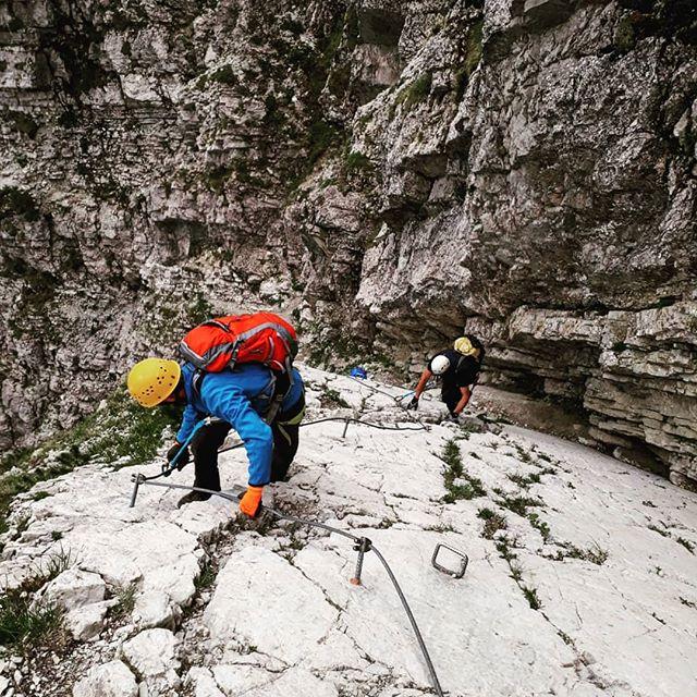 Die Klettersteig Saison steht kurz vor der Tür. Ich kann es kaum erwarten und hoffe dass der letzte Schnee in den nächsten Wochen noch komplett schmilzt und ich über Pfingsten schon die ersten Klettersteige begehen kann. . Passend für euch habe ich dazu gerade meinen neuen Blogbeitrag zum Hindelanger Klettersteig veröffentlicht. Der Hindelanger Steig ist einer der berühmtesten seiner Art und wartet in Oberstdorf am Gipfel der Nebelhorn Bahn auf dich. . Hast du Lust? Dann planen und los geht's! . . #hindelangerklettersteig #hindelang #oberstdorf #nebelhorn #bergseilbahn #nebelhornbahn #klettersteig #klettern #klettertour #kletterausrüstung #klettersteigset #mikroabenteuer #wochenendtrip #abenteuer #berge #bergwelt