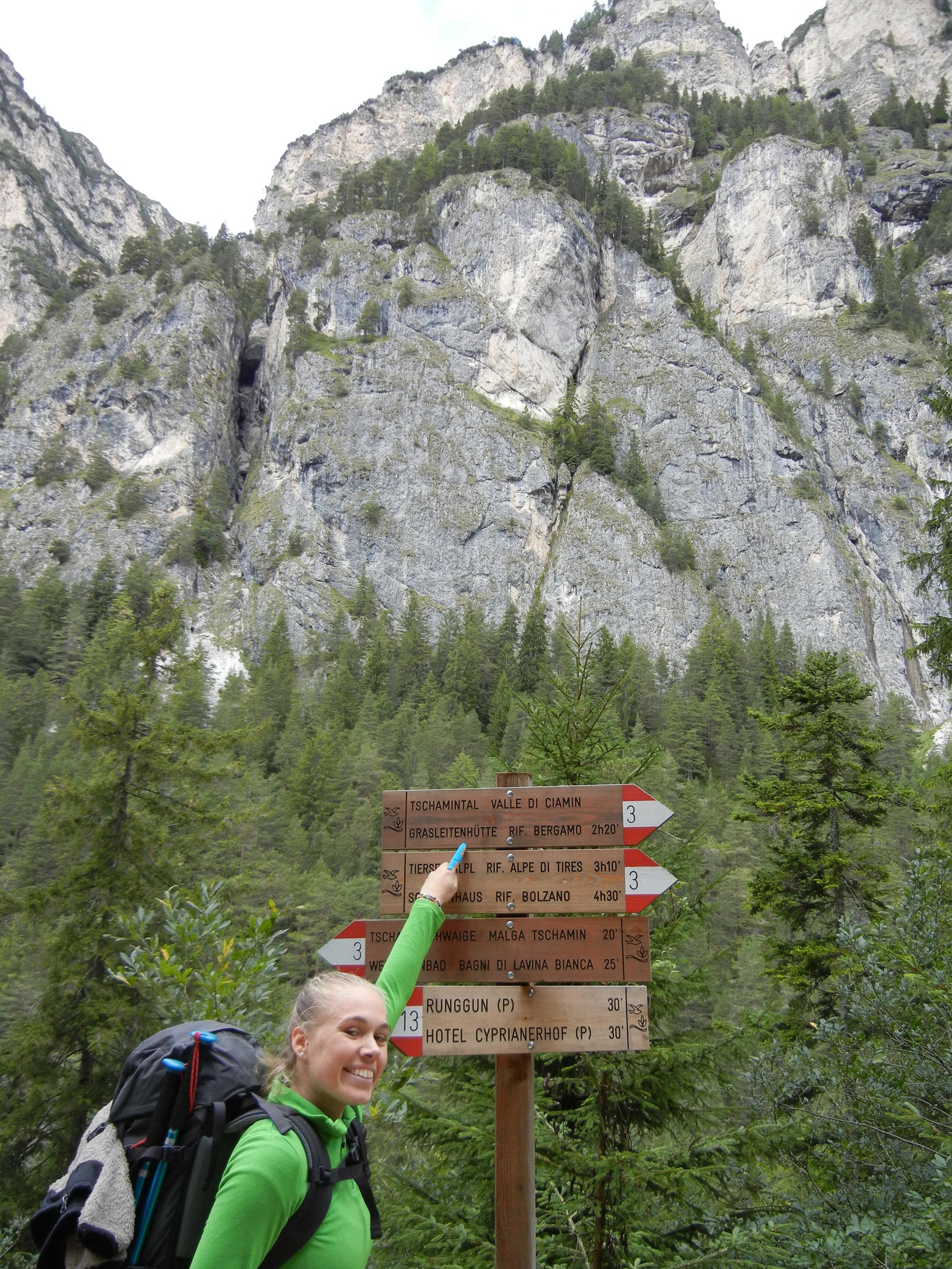 Wegweiser-Wandern-Dolomiten.JPG