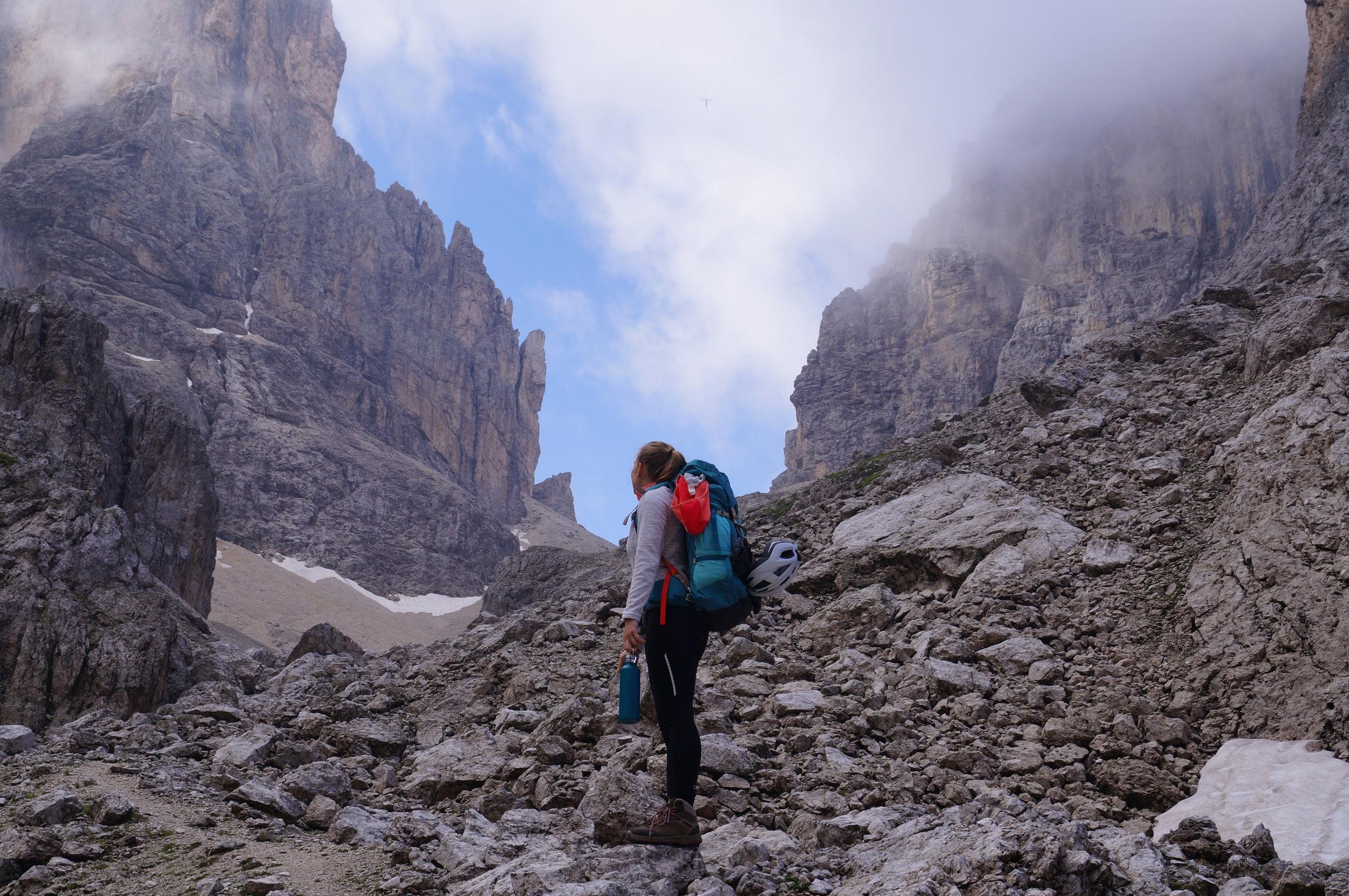 Rucksack-Berge-Dolomiten-Wanderer-.JPG