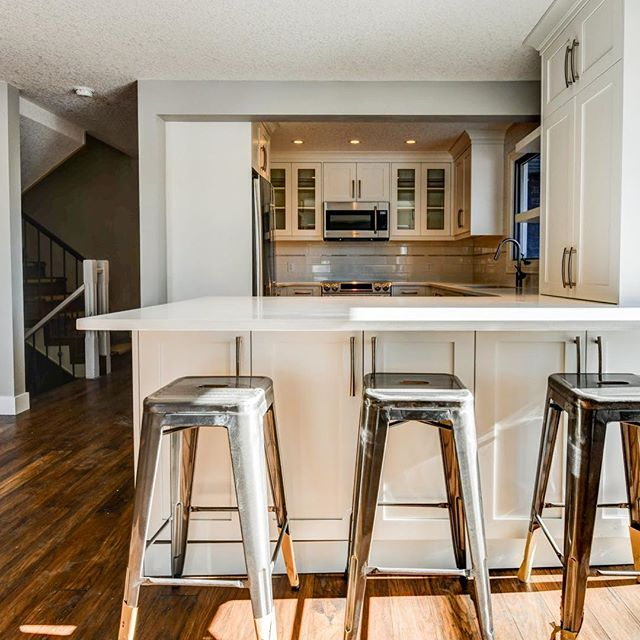 #tbt to the Woodridge kitchen we overhauled last year! Who doesn't love a bright white kitchen! 👌 . . #whitekitchen #blackfaucet #yyc #smithrenovationsyyc #reno #homerenovation #calgaryhome #yychomes  #yycrenovations #yycbuilder #customhomes #customrenovations #designbuild #yycliving #dailyhivecalgary #yycliving #yycdesign #yyccontractor  #expert #customizedsolutions