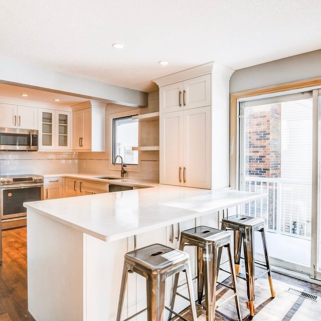 Wishing everyone a safe and happy July Long Weekend! ☀️🇨🇦👌 . . #kitchendreams #sunlight #barstools #yyc #smithrenovationsyyc #reno #homerenovation #calgaryhome #yychomes  #yycrenovations #yycbuilder #customhomes #customrenovations #designbuild #yycliving #dailyhivecalgary #yycliving #yycdesign #yyccontractor  #expert #customizedsolutions