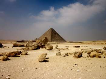 Menkaura pyramid with in front lost blocks by the flood. Photo Gigal